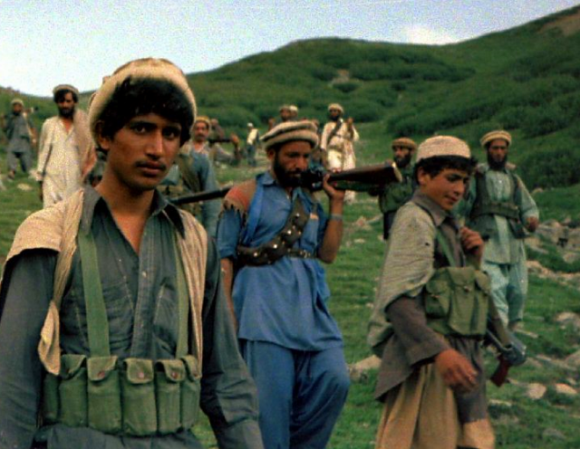 Afghan_Muja_crossing_from_Saohol_Sar_pass_in_Durand_border_region_of_Pakistan,_August_1985